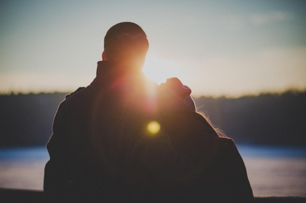couple-watching-the-sunset-together